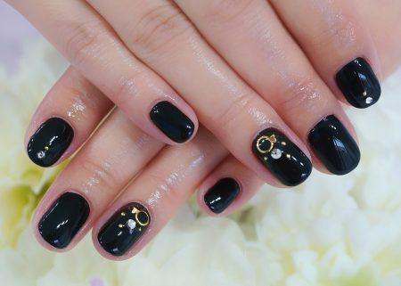 Cenbless 成増フェイシャル&ネイルサロン 漆黒ワンカラーにクリスタルビジューのジェルネイル