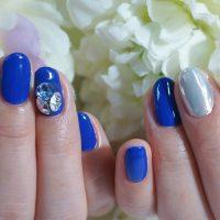 Cenbless 成増フェイシャル&ネイルサロン 鮮やかブルーに映えるVカット3Dストーンネイル