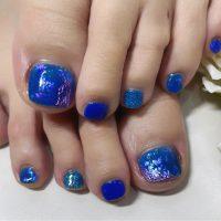 Cenbless 成増フェイシャル&ネイルサロン 深く鮮やかなブルー系にオーロラエフェクトが美しい夏フットネイル